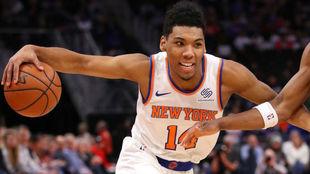 Allonzo Trier controla el balón en el triunfo de los Knicks