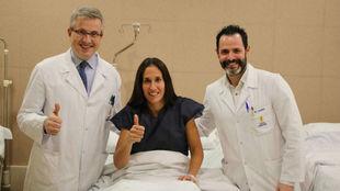'Mapi' Sánchez, junto a los doctores Manuel Leyes y César...