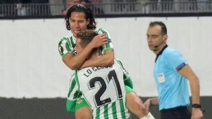 Diego Lainez celebra su gol al Rennes con Lo Celso.