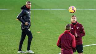 Garitano observa los ejercicios con balón de Iñigo Martínez y...