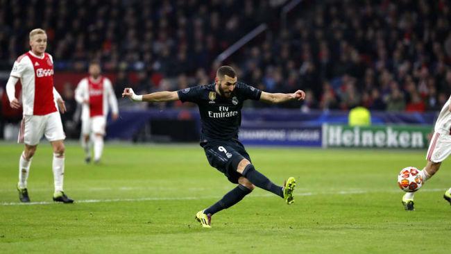 Benzema marca ante el Ajax con este disparo.