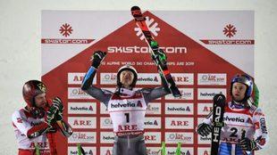 Henrik Kristoffersen celebra su título de campeón del mundo de...
