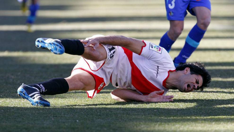 Diego Costa se duele en el suelo en un partido con el Rayo.