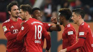 Los jugadores del Bayern celebran uno de los goles de Coman.