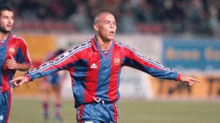 Ronaldo celebra su legendario gol al Compostela.