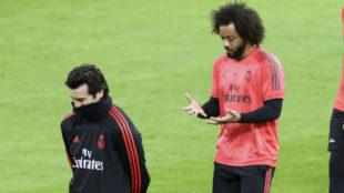 Solari pensativo, con Marcelo tras el técnico.