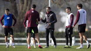 Garitano se dirige a sus jugadores en Lezama.