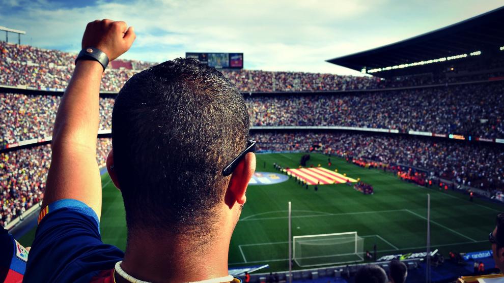 Un aficionado durante un partido en el Camp Nou.