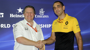 Zak Brown estrecha la mano de Cyril Abiteboul.