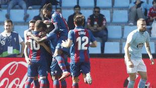 Los jugadores del Levante celebran la victoria en Vigo.