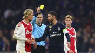 Ramos ve la tarjeta amarilla ante el Ajax.
