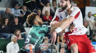 Garciandia es defendido por un jugador del St. Raphael