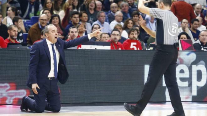 Txus Vidorreta de rodillas mientras uno de los árbitros le señala...