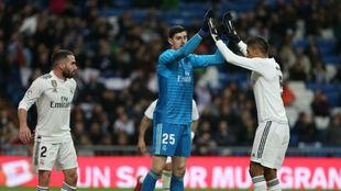 Courtois y Varane se felicitan tras defender un ataque del rival.