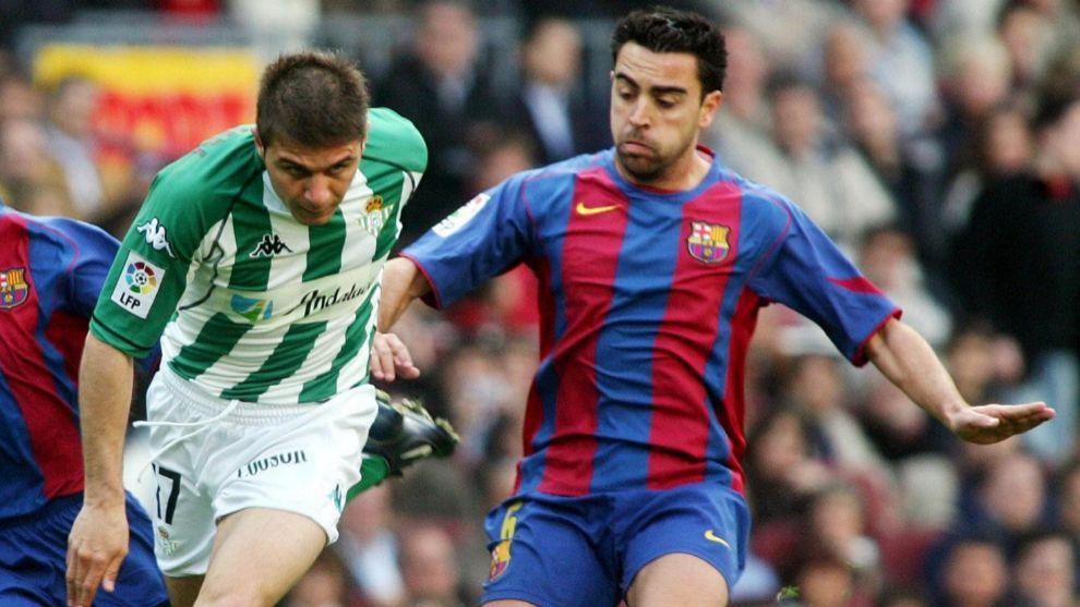 Joaquín, frente a Xavi en un partido de Liga