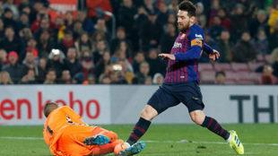 Masip detiene una ocasión de Messi.