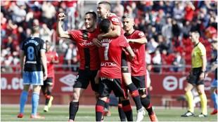 Los jugadores del Mallorca abrazan a Dani Rodríguez tras marcar uno...