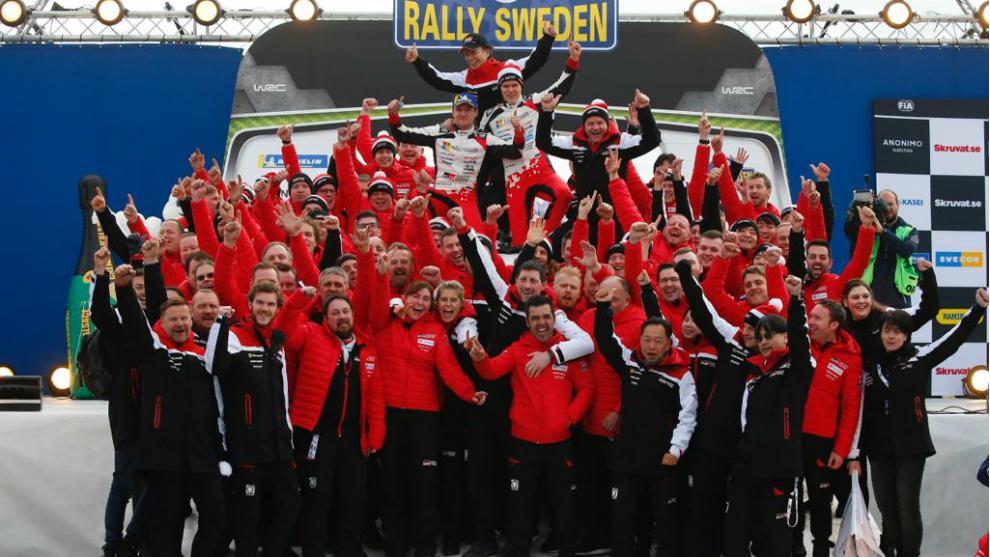 El equipo al completo celebrando la victoria.