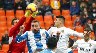 Diego López atrapa un balón.