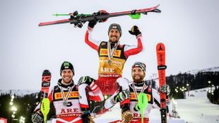 Michael Matt y Marco Schwarz alzan a hombros a Marcel Hirscher,que ha...