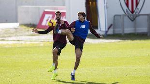 Iturraspe disputa un balón con Balenziaga.