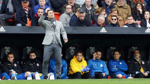 Rubi da instrucciones a sus futbolistas en Mestalla.