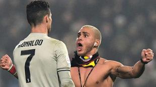Ronaldo, ante un seguidor en el estadio de Sassuolo.