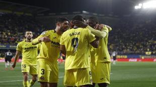 Los jugadores del Villarreal celebran el gol de Ekambi ante el...