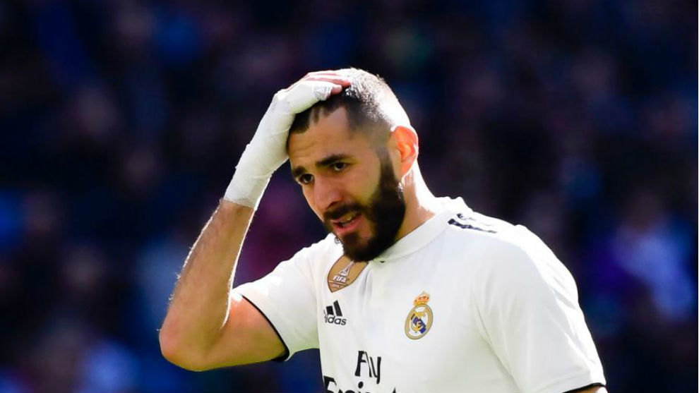 Benzema se lamenta tras la derrota blanca.