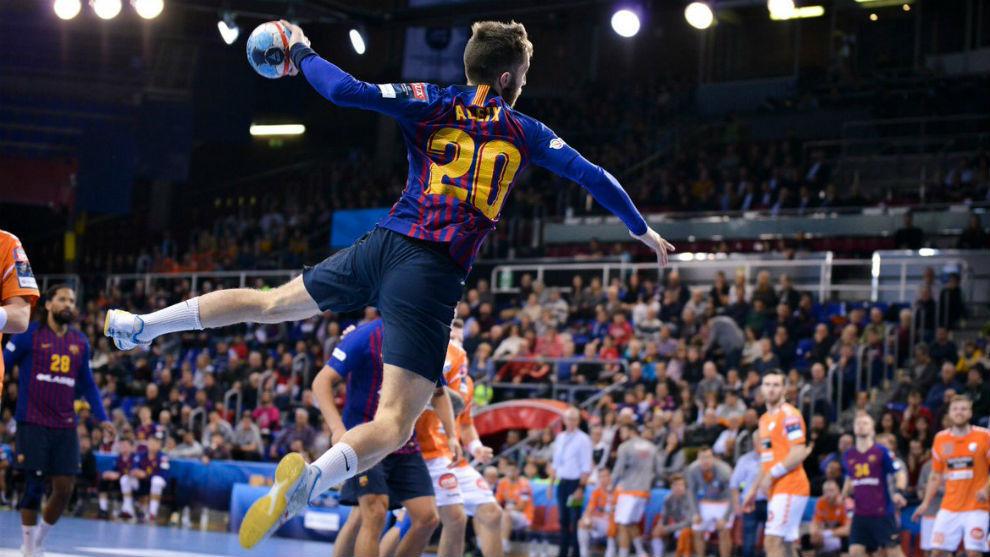 Aleix Gómez salta para lanzar