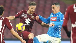 Callejón lucha con Ansaldi por el balón.