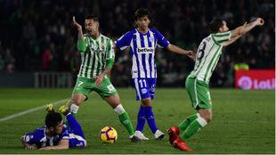 Sergio León y Guardado protestan una falta, con Inui al fondo y Ximo...