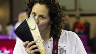 Claudia Pons besa el trofeo.