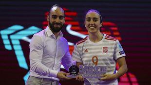 Vane Sotelo recibe el trofeo de MVP del torneo de manos de Ricardinho.