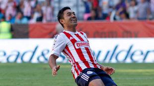Fabián celebra una anotación en su etapa con Chivas.