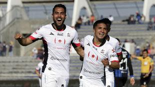 José Esquivel y Michaell Chirinos celebran la remontada de Lobos.