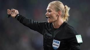 La árbitro Bibiana Steinhaus dirigiendo el partido de la Bundesliga...