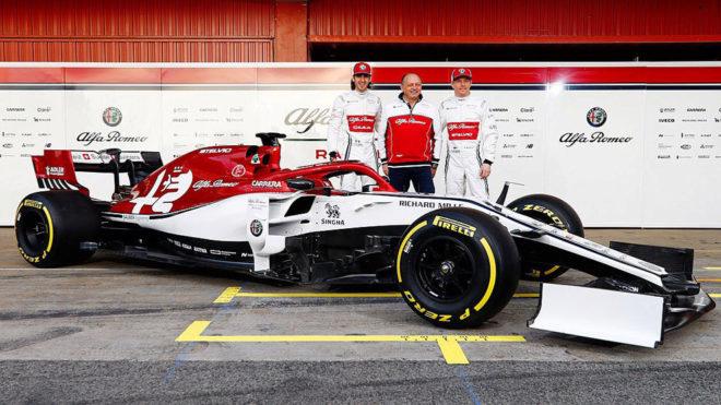 Kimi Raikkonem y Antonio Giovinazzi junto al Alfa Romeo C38.
