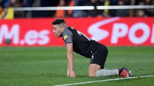 Munir, de rodillas sobre el césped del Estadio de La Cerámica.