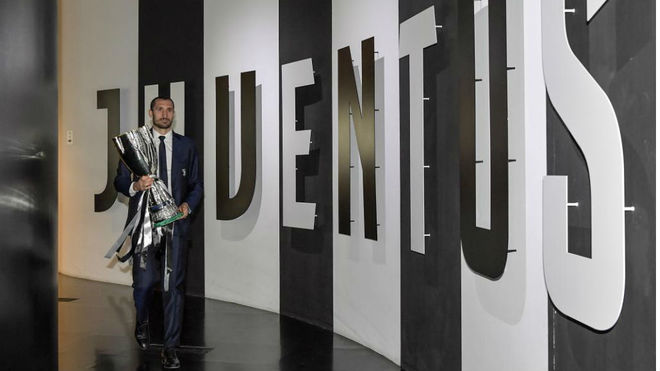 Chiellini with the Serie A trophy.