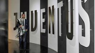 Chiellini, con un trofeo de la Serie A.