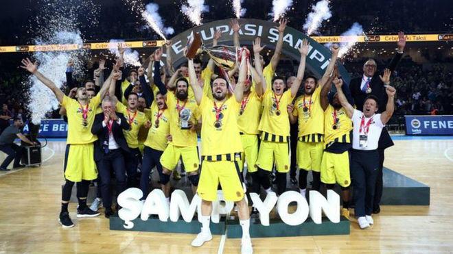 Los jugadores del Fenerbahce celebran su sexta Copa de Turquía
