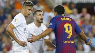 Gaya y Paulista hablan con Luis Suárez.