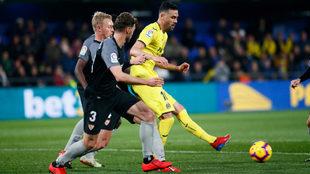 Iborra golpea un balón presionado por Kjaer y Sergi Gómez.