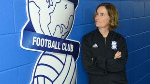 Marta Tejedor posa en la Ciudad Deportiva del Birmingham City.