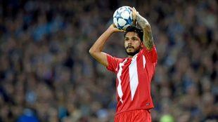 Tremoulinas saca de banda durante un partido del Sevilla.