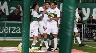 Los jugadores ilicitanos celebran con Manuel Sánchez el segundo gol...