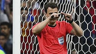 Zwayer hace el gesto del VAR en un partido de España.