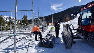 Los operarios instalan las gradas para las Finales de la Copa del...