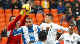 Roncaglia intenta rematar un balón ante Darder y Diego López.